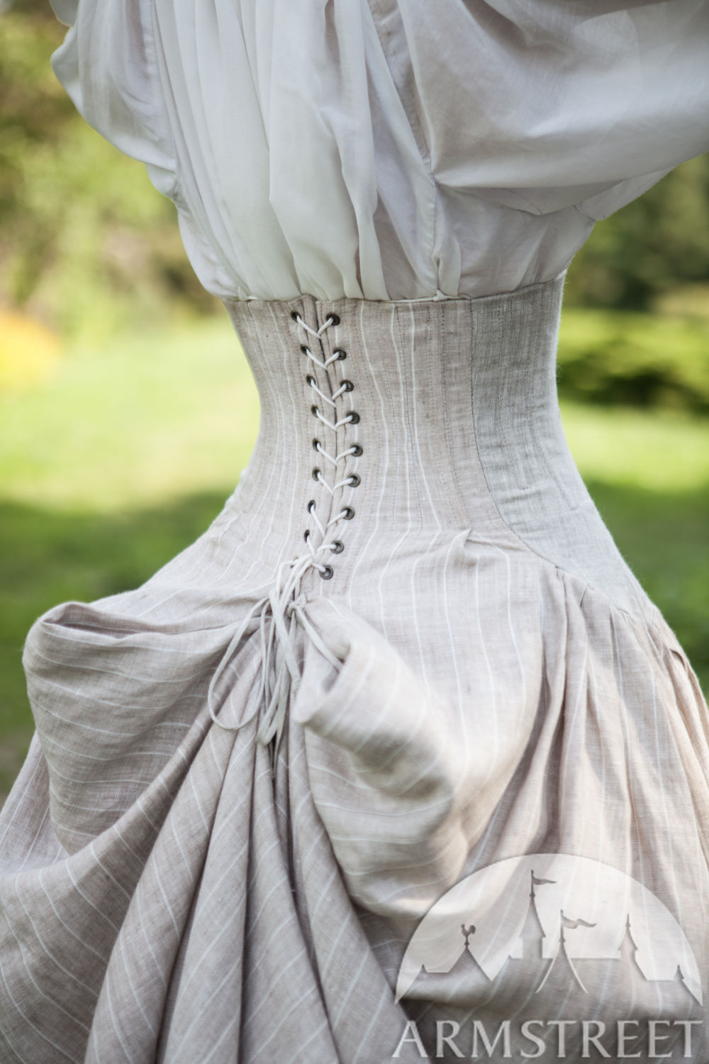 The noble look of the corset skirt Snow White